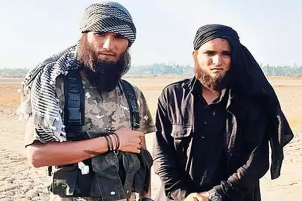 Diễn viên Bollywood bị cảnh sát tóm khi có vẻ ngoài y chang khủng bố đi dạo trên phố - Ảnh 1.