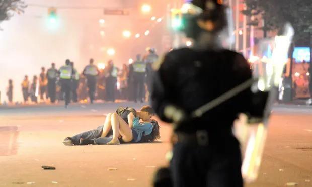 Nổi tiếng với khoảnh khắc lãng mạn giữa bom đạn trong bức ảnh Nụ hôn Vancouver, cặp đôi vẫn viết câu chuyện tình đẹp sau gần 8 năm - Ảnh 1.