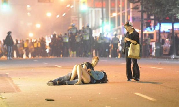 Nổi tiếng với khoảnh khắc lãng mạn giữa bom đạn trong bức ảnh Nụ hôn Vancouver, cặp đôi vẫn viết câu chuyện tình đẹp sau gần 8 năm - Ảnh 2.
