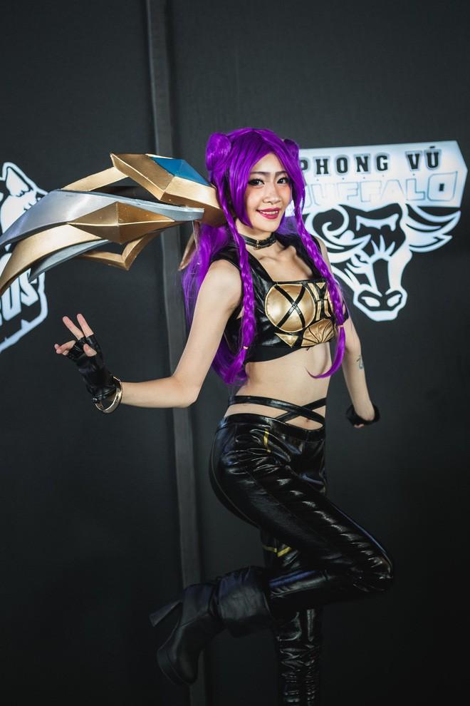 Ngắm nhìn dàn cosplay xinh đẹp làm nóng không khí trước thềm giải đấu MSI 2019 - Ảnh 4.