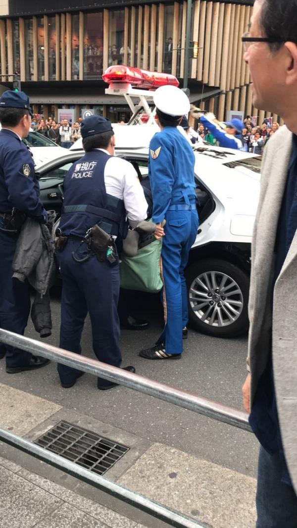 Thiếu tiền quá, người đàn ông đánh liều cầm dao đi cướp chốt cảnh sát - Ảnh 4.