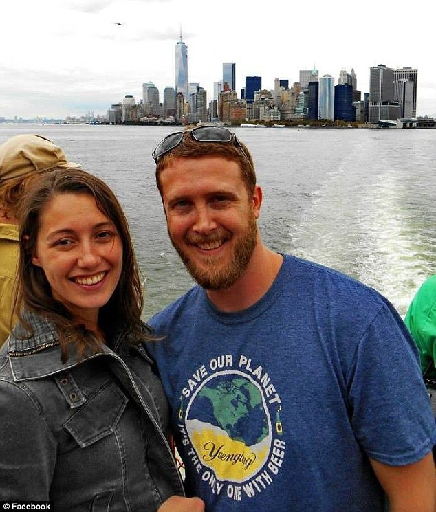 Nổi tiếng với khoảnh khắc lãng mạn giữa bom đạn trong bức ảnh Nụ hôn Vancouver, cặp đôi vẫn viết câu chuyện tình đẹp sau gần 8 năm - Ảnh 5.