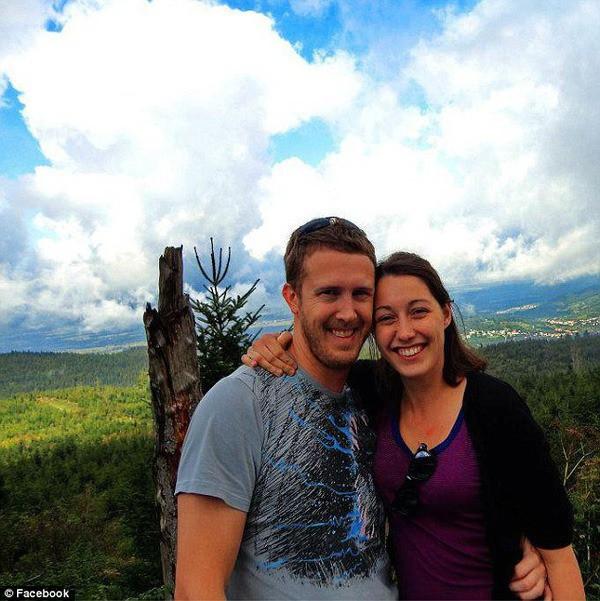 Nổi tiếng với khoảnh khắc lãng mạn giữa bom đạn trong bức ảnh Nụ hôn Vancouver, cặp đôi vẫn viết câu chuyện tình đẹp sau gần 8 năm - Ảnh 6.