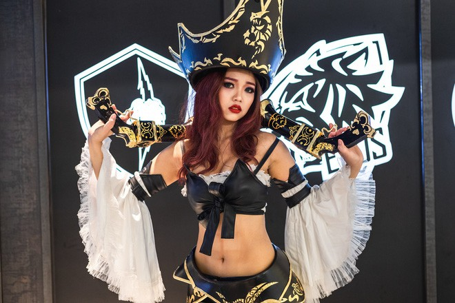 Ngắm nhìn dàn cosplay xinh đẹp làm nóng không khí trước thềm giải đấu MSI 2019 - Ảnh 12.