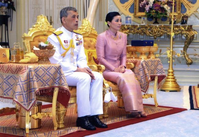 Tân Hoàng hậu Thái Lan bất ngờ gây thiện cảm với dân chúng nhờ một loạt khoảnh khắc đặc biệt chưa từng thấy trong lễ đăng quang của Quốc vương - Ảnh 1.