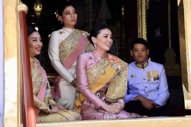 Tân Hoàng hậu Thái Lan bất ngờ gây thiện cảm với dân chúng nhờ một loạt khoảnh khắc đặc biệt chưa từng thấy trong lễ đăng quang của Quốc vương - Ảnh 2.