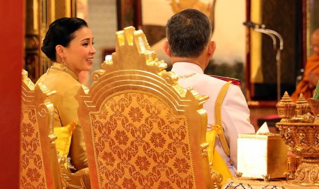 Tân Hoàng hậu Thái Lan bất ngờ gây thiện cảm với dân chúng nhờ một loạt khoảnh khắc đặc biệt chưa từng thấy trong lễ đăng quang của Quốc vương - Ảnh 6.