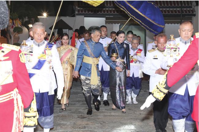 Tân Hoàng hậu Thái Lan bất ngờ gây thiện cảm với dân chúng nhờ một loạt khoảnh khắc đặc biệt chưa từng thấy trong lễ đăng quang của Quốc vương - Ảnh 7.