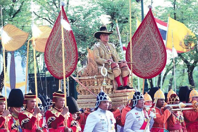 Tân Hoàng hậu Thái Lan bất ngờ gây thiện cảm với dân chúng nhờ một loạt khoảnh khắc đặc biệt chưa từng thấy trong lễ đăng quang của Quốc vương - Ảnh 8.