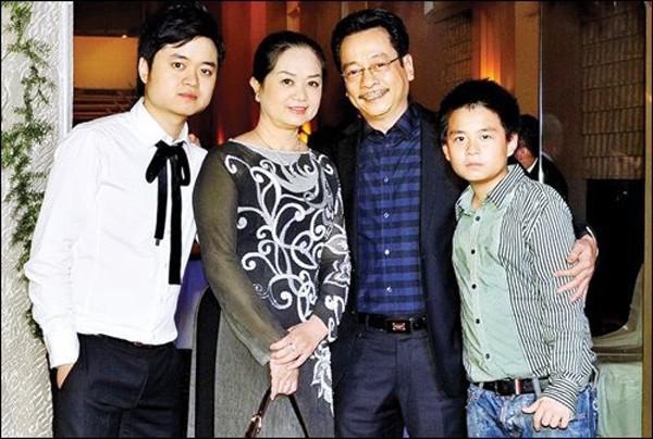 Gia đình hạnh phúc vợ hiền con ngoan của NSND Hoàng Dũng - ông bố giàu có quyền lực trong Về nhà đi con - Ảnh 4.