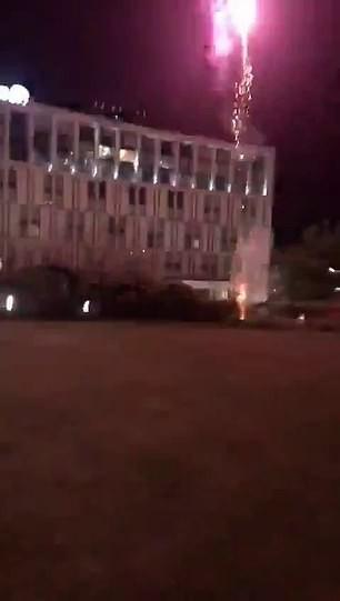 CĐV Liverpool đốt pháo hoa trước khách sạn khiến Messi mất ngủ  - Ảnh 5.