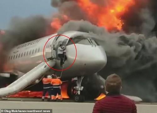 Video: Cơ phó liều mình lao vào máy bay đang cháy ngùn ngụt để cứu cơ trưởng - Ảnh 2.