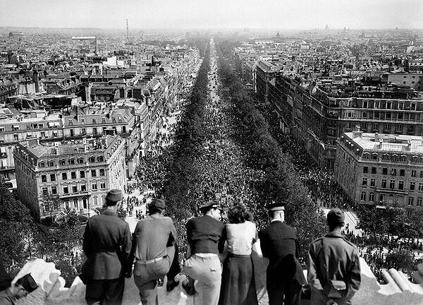 Lễ kỷ niệm chiến thắng phát xít Đức đầu tiên được diễn ra như thế nào? - Ảnh 1.