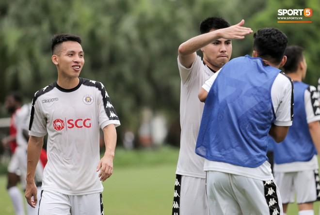 Hùng Dũng nhờ Đức Huy đánh trọng tài vì bắt lỗi nhầm trong buổi tập của Hà Nội FC - Ảnh 3.