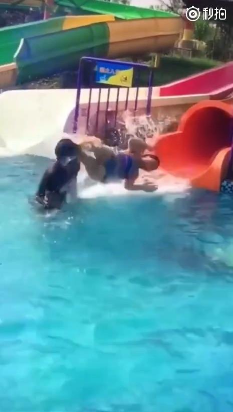 Những pha nhân viên cứu hộ vô tình chạm ngực khi chị em đi chơi công viên nước, xem lại mới thấy thật ngại ngùng - Ảnh 6.