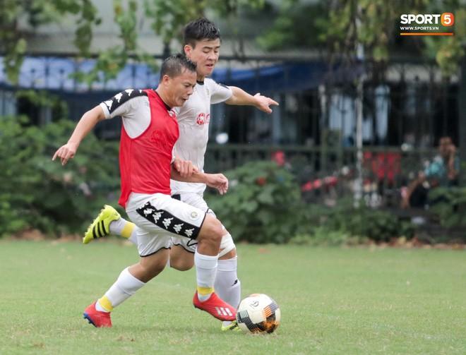 Hùng Dũng nhờ Đức Huy đánh trọng tài vì bắt lỗi nhầm trong buổi tập của Hà Nội FC - Ảnh 9.