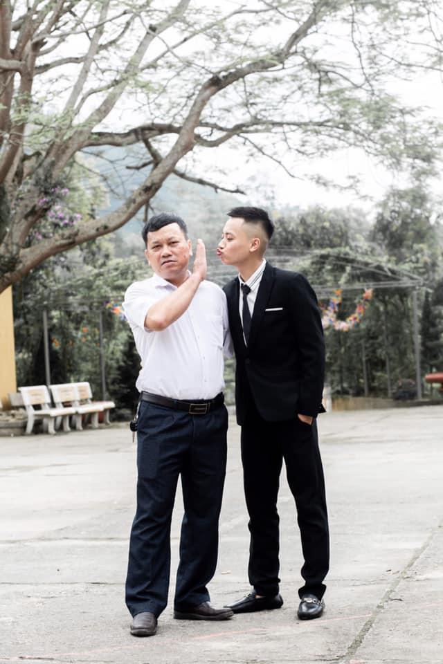 Nam sinh đòi hôn thầy hiệu trưởng trong khi chụp kỷ yếu và cái kết không thể nào phũ phàng hơn - Ảnh 1.