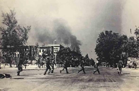 Chiến trường K: Lính tình nguyện Việt Nam sống chung với hổ, ngủ chung với địch - Những khẩu AK đã lên đạn - Ảnh 5.