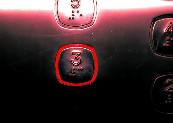 Người phụ nữ tử vong bất thường khi đi thang máy - Ảnh 1.