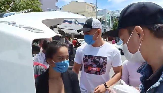 Đi phát cơm từ thiện, diễn viên Lê Dương Bảo Lâm và vợ bị người lạ lao vào đánh - Ảnh 4.