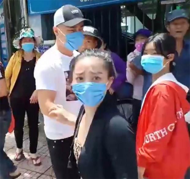 Người bán cơm cổng viện uất ức vì cảm thấy bị Lê Dương Bảo Lâm xúc phạm - Ảnh 2.