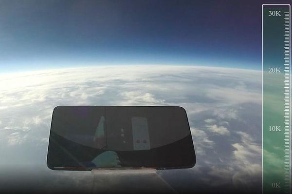 Thử thả rơi điện thoại từ độ cao 31.540 mét và cái kết bất ngờ - Ảnh 1.