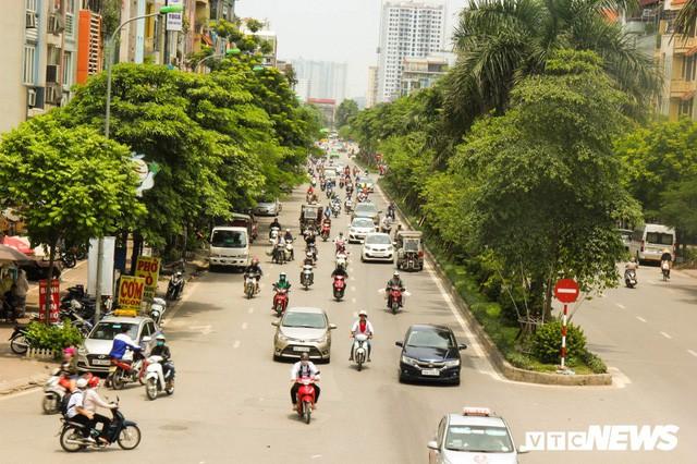 Ảnh: Xe ôm ế ẩm, taxi lên ngôi trong ngày Hà Nội nắng như đổ lửa - Ảnh 1.