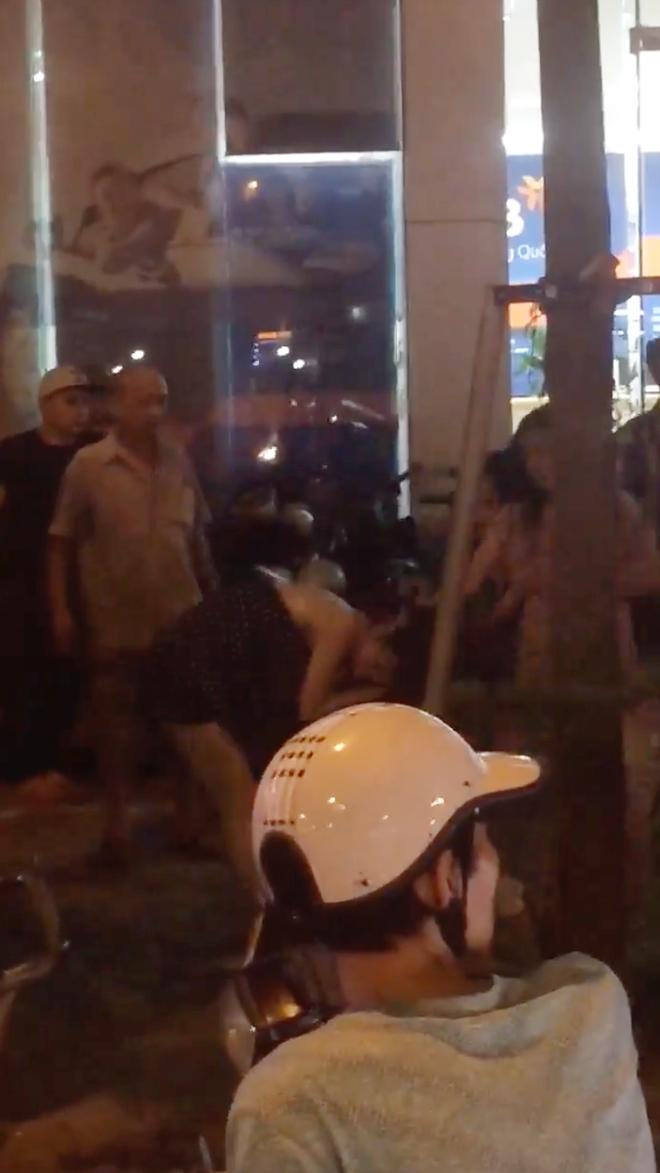 Hà Nội: Nhóm thanh niên nam nữ cầm tuýp sắt, giật tóc, đánh nhau dữ dội trên phố - Ảnh 2.