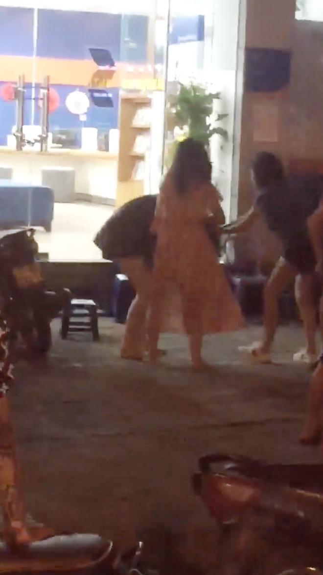 Hà Nội: Nhóm thanh niên nam nữ cầm tuýp sắt, giật tóc, đánh nhau dữ dội trên phố - Ảnh 3.