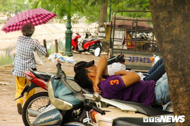 Ảnh: Xe ôm ế ẩm, taxi lên ngôi trong ngày Hà Nội nắng như đổ lửa - Ảnh 11.