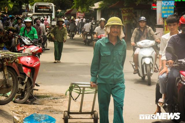 Ảnh: Xe ôm ế ẩm, taxi lên ngôi trong ngày Hà Nội nắng như đổ lửa - Ảnh 4.