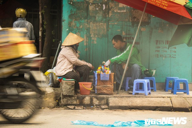 Ảnh: Xe ôm ế ẩm, taxi lên ngôi trong ngày Hà Nội nắng như đổ lửa - Ảnh 5.