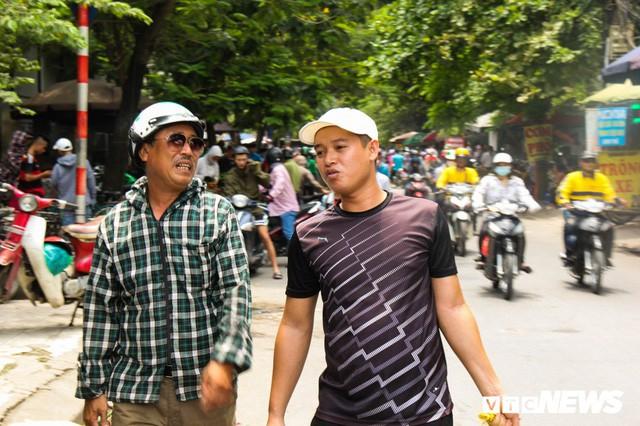 Ảnh: Xe ôm ế ẩm, taxi lên ngôi trong ngày Hà Nội nắng như đổ lửa - Ảnh 6.