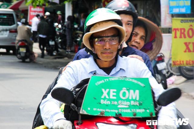 Ảnh: Xe ôm ế ẩm, taxi lên ngôi trong ngày Hà Nội nắng như đổ lửa - Ảnh 7.