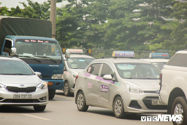 Ảnh: Xe ôm ế ẩm, taxi lên ngôi trong ngày Hà Nội nắng như đổ lửa - Ảnh 8.