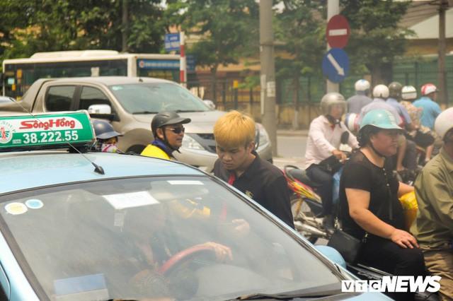 Ảnh: Xe ôm ế ẩm, taxi lên ngôi trong ngày Hà Nội nắng như đổ lửa - Ảnh 9.