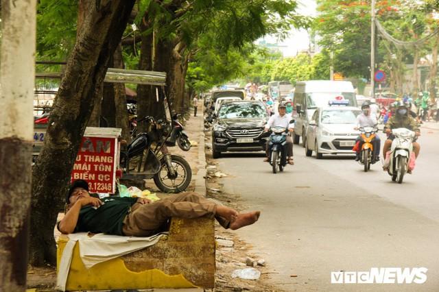 Ảnh: Xe ôm ế ẩm, taxi lên ngôi trong ngày Hà Nội nắng như đổ lửa - Ảnh 10.