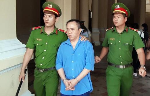 Vợ bị cáo bị người thân nạn nhân đánh chảy máu đầu giữa phiên xử - Ảnh 1.