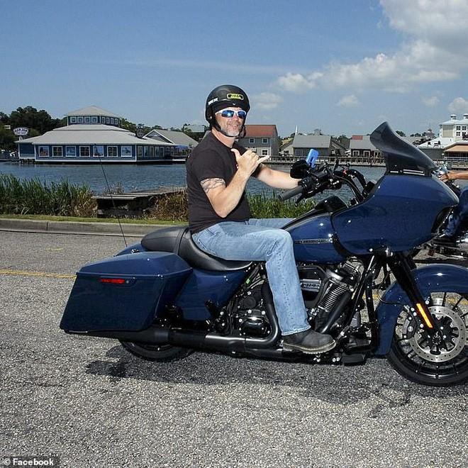 Một mình đi xe máy trên cao tốc toàn ô tô, người đàn ông bị sét đánh thủng mũ bảo hiểm tử vong tại chỗ - Ảnh 1.