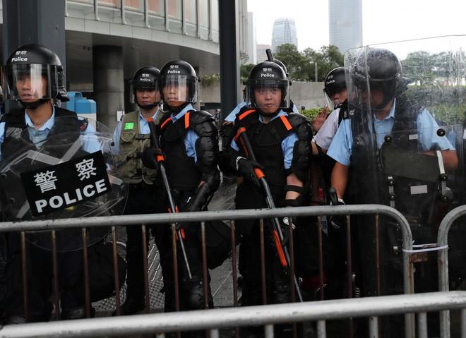 Hồng Kông: Hoãn tranh luận dự luật dẫn độ, người biểu tình vẫn vây chặt các cơ quan, lật vỉa hè lấy gạch đắp lũy - Ảnh 4.