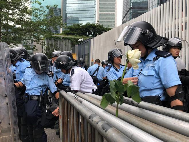 Hồng Kông: Hoãn tranh luận dự luật dẫn độ, người biểu tình vẫn vây chặt các cơ quan, lật vỉa hè lấy gạch đắp lũy - Ảnh 5.
