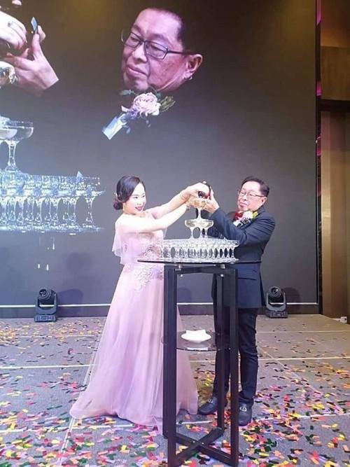 Đám cưới rình rang của nữ ca sĩ Malaysia đình đám một thời, cô dâu bụng to vượt mặt nhưng tuổi tác của chú rể mới gây ngỡ ngàng - Ảnh 1.
