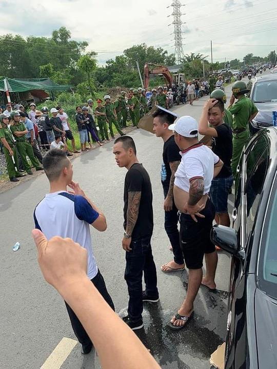 Giang 36 bình chân như vại khi cảnh sát có mặt ở hiện trường ô tô bị vây chặn - Ảnh 2.