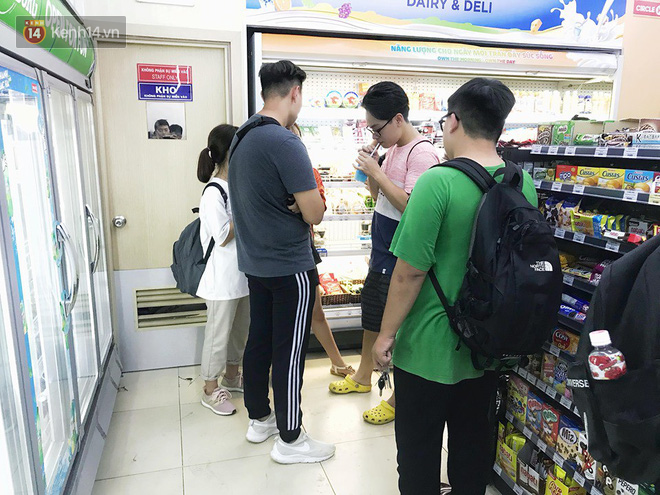 Hình ảnh xấu xí của sinh viên tại các cửa hàng tiện lợi mùa nóng: Chen chúc nhau ngồi lỳ từ sáng đến khuya, xả rất nhiều rác thải nhựa - Ảnh 12.