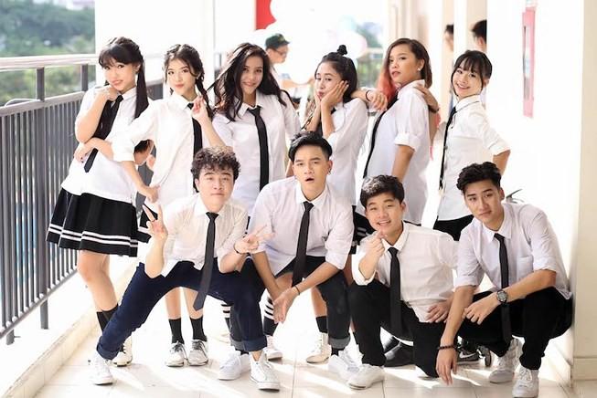 Khán giả sốc trước màn hôn đủ 3 bộ phận của nam ca sĩ Việt với bạn gái lớn tuổi hơn trên truyền hình - Ảnh 4.