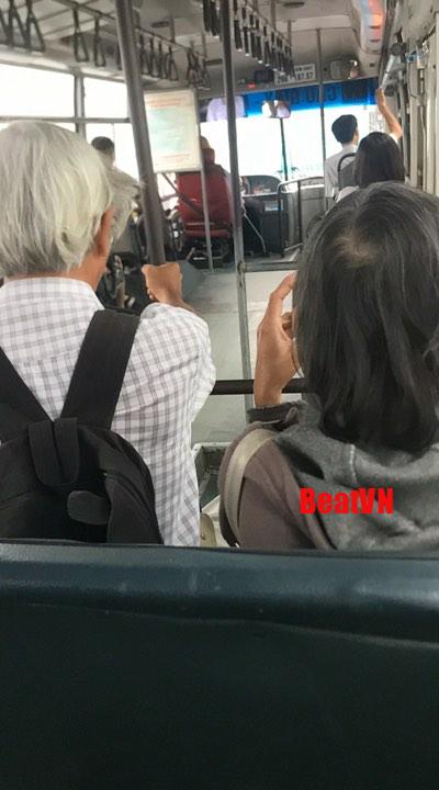 Nghe cụ ông 'nịnh' cụ bà trên xe buýt, chàng trai ngồi sau thích thú lên mạng khoe ngay lập tức - Ảnh 1.