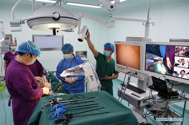 Trung Quốc: Mạng 5G giúp bác sĩ phẫu thuật được cho bệnh nhân cách xa 200 km - Ảnh 1.