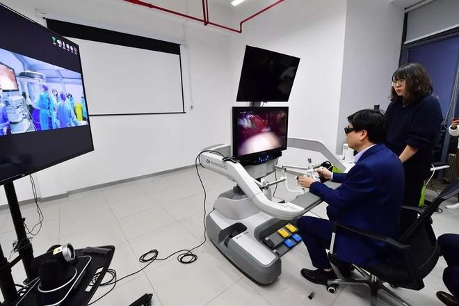 Trung Quốc: Mạng 5G giúp bác sĩ phẫu thuật được cho bệnh nhân cách xa 200 km - Ảnh 2.
