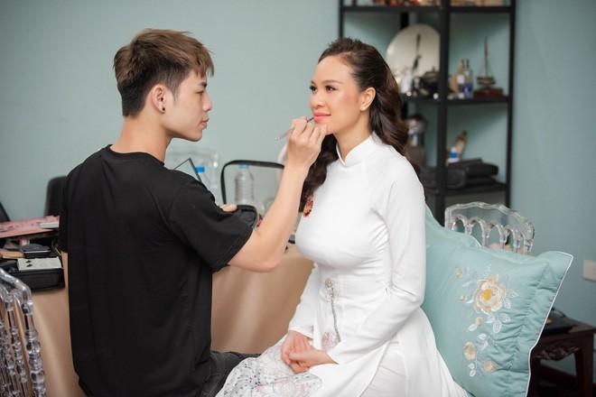 Toàn cảnh lễ đón dâu tại nhà phố cổ của siêu mẫu Phương Mai: Chú rể xuất hiện cùng đoàn xe sang, cô dâu òa khóc ôm chặt mẹ ruột  - Ảnh 1.