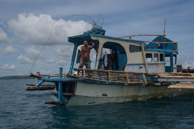 Đuôi tàu vỡ nát, đồ đạc bị nước biển cuốn sạch: Thuyền trưởng tàu Philippines vẫn bất chấp tàu TQ - Ảnh 5.